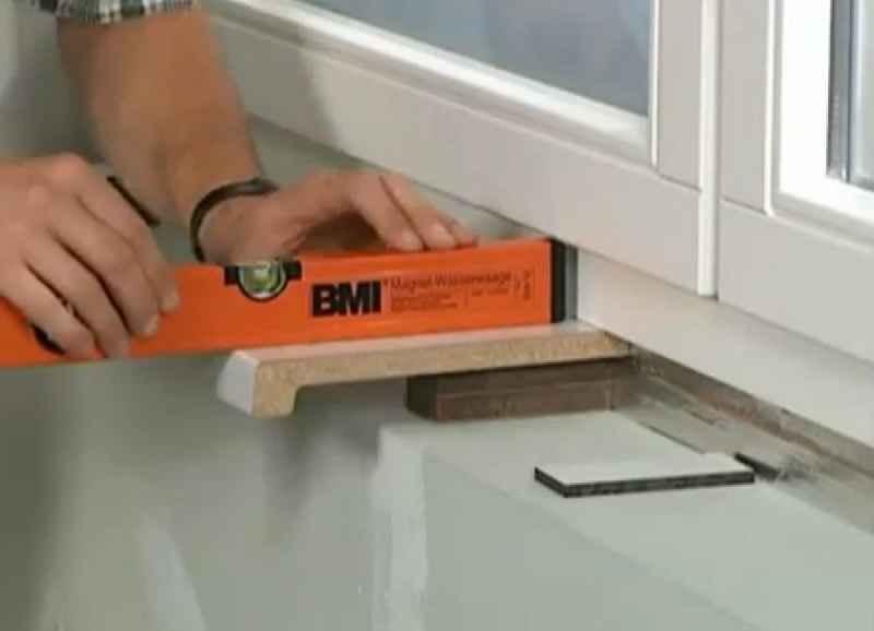 Как установить пластиковый подоконник на балконе.